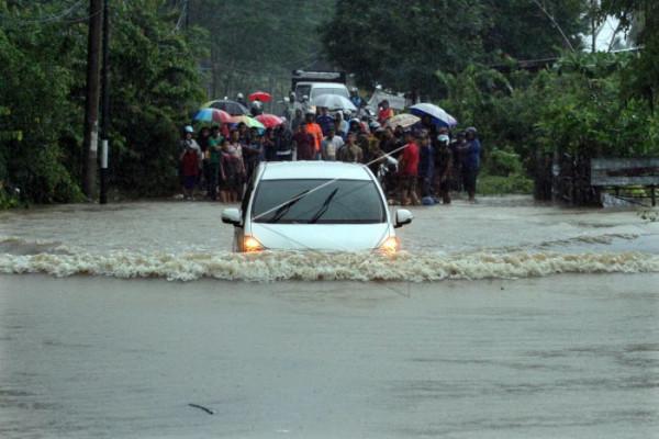 Aksi Nekat Melewati Banjir