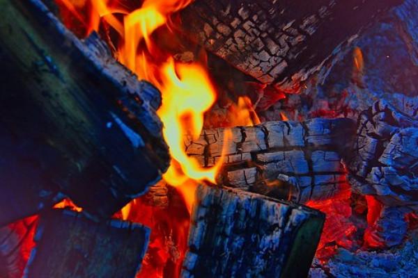 Polsek Selakau bantu sekolah terbakar