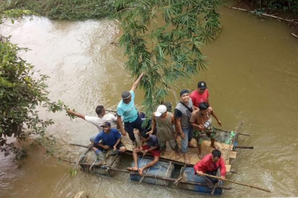 Seorang warga Bengkayang raib dibawa arus banjir