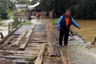 Jembatan rusak berat akibat banjir