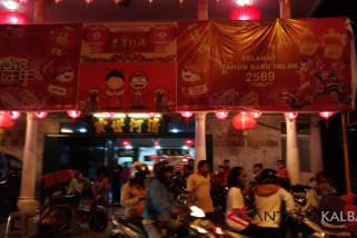 Ribuan orang menyaksikan pesta kembang api Imlek
