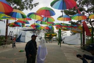 Payung warna-warni ikut meriahkan kulminasi matahari