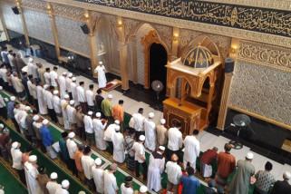 Warga padati Masjid Agung Oesman Al-Khoir Sukadana