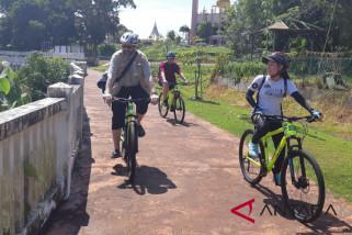 Foreign journalists enjoy bicycling around Kuching City