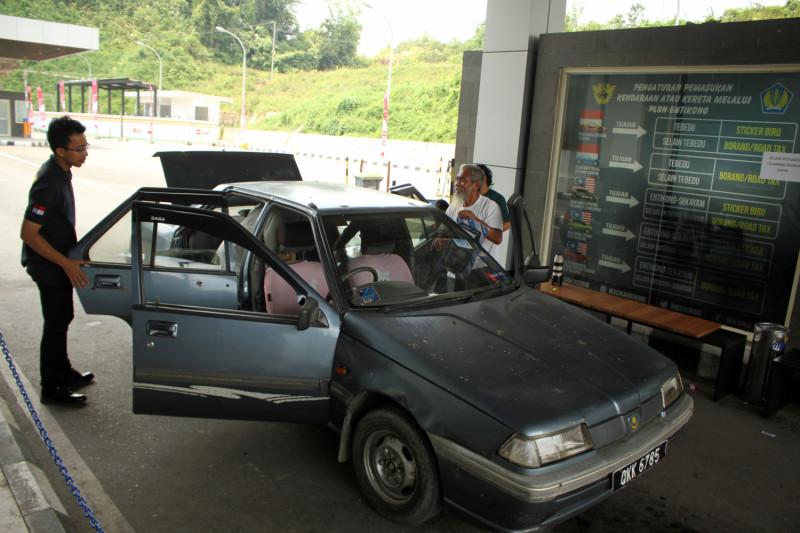 Pemeriksaan kendaraan di PLBN Entikong