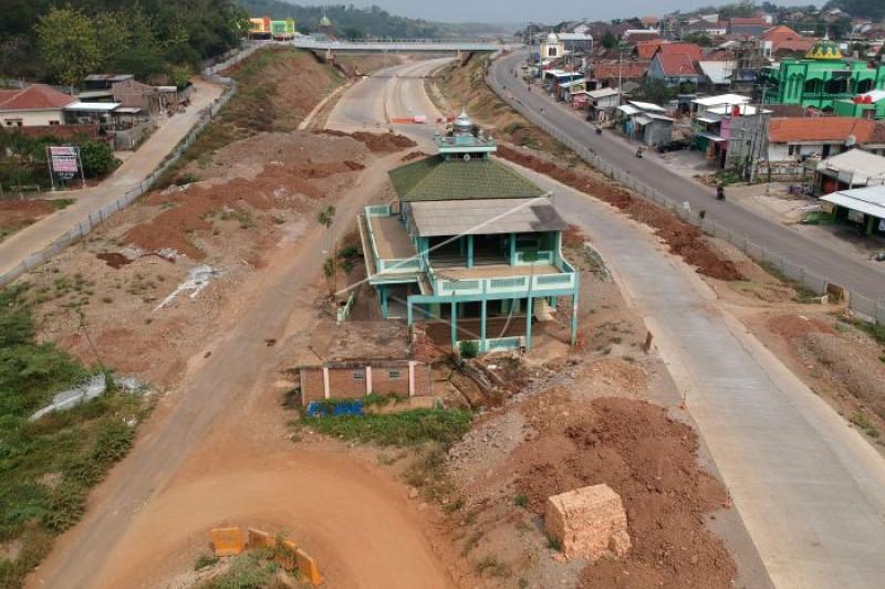 Masjid di tengah tol