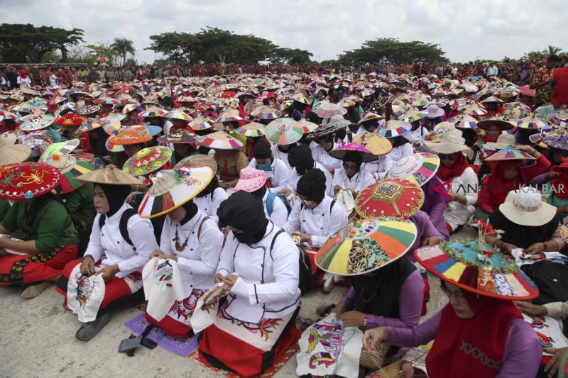 Sulam Tumpar di Festival Dahau Sendawar