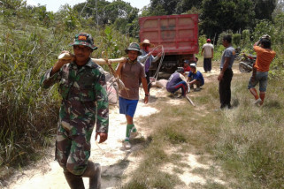 TNI dan warga gotong royong perbaiki PLMTH Puring Kencana