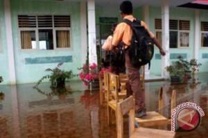 Banjarmasin Tergenang Karena Hujan Dan Air Pasang