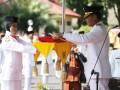 Banjarmasin, 17/8 - UPACARA KEMERDEKAAN - Puji Margiharsari, anggota Paskibra asal kota Banjarmasin menerima bendera merah putih dari Gubernur Kalsel H Rudy Ariffin sebelum Paskibra mengibarkannya pada upacara peringatan Hari Kemerdekaan RI ke 67 di halaman kantor Gubernur Kalimantan Selatan, Jumat (17/8). Upacara peringatan Hari Kemerdekaan RI ke 67 tersebut ditandai juga dengan penyerahan remisi khusus kepada 1063 narapidana se Kalimantan Selatan dengan beragam pemotongan masa tahanan hingga bebas. Foto ANTARA/Herry Murdy Hermawan/B