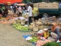 Tanjung, 1/11 - Pasar tradisional di Desa Kembang Kuning Kecamatan Haruai, Tabalong hanya digelar satu kali dalam seminggu yakni tiap hari Kamis. Sejumlah pedagang keliling mulai dari Kelua hingga Hulu Sungai Utara (HSU) menggelar aneka dagangannya di pasar dadakan ini. Dari pedagang musiman seperti buah, hingga pedagang sembilan kebutuhan pokok dan sandang lainnya meramaikan pasar mingguan ini. Karena belum memiliki sarana pasar yang permanen, para pedagang terpaksa menggunakan lapak seadanya untuk menjual berbagai barang.Foto:Antara/Herlina Lasmianti