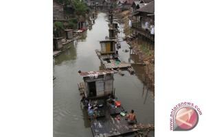 Banjar Regent Dismantles Floating Latrine