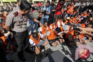 Polisi Lindungi Peti Ditindak