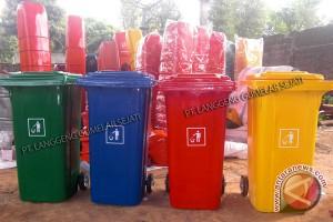 Kemensos Bagikan Ratusan Tong Sampah