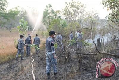TNI-AL Padamkan Kebakaran Lahan 41 Hektare