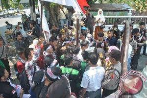 Pedagang Kecil Menengah Demo Di DPRD Kotabaru