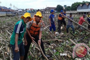 Water Police and Melingai Clean Up Trash Disrupted River Traffic