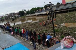 Sungai Martapura Diserbu Sampah Puluhan Ton