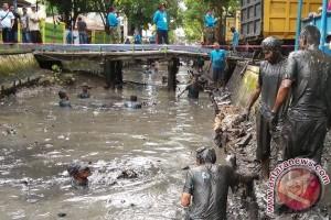 Ratusan Warga Banjarmasin Bergumul Lumpur Sungai Sutoyo