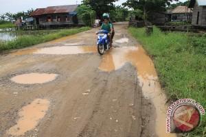 warga harapkan perbaikan jalan menuju sekolah