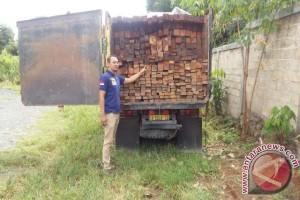 Polres Tangkap Dua Truk Angkut Kayu Ulin