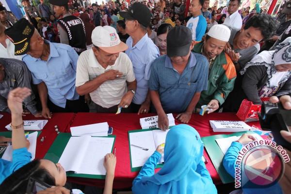 Warga Desa Kitang Tabalong Terima Paket Sembako