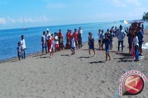 Polres Kotabaru Siaga Berikan Pertolongan Pengunjung Pantai