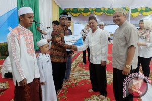 Pelindo Distributes Blankets for Orphanage