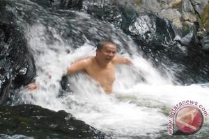 """Menikmati """"Pijat"""" Air Terjun Sungai Kembang"""
