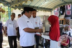 Dinsos Salurkan Bantuan Perajin Kue dan Kerupuk
