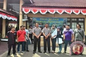 Kapolres HSS Jalin Keakraban Dengan Wartawan