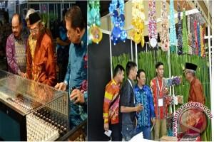Buparti Kunjungi Stand Perhiasan Di Jakarta