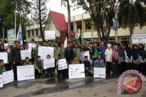 Aktivis  Amuntai Protes Tuntutan Jaksa