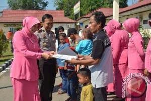 Bhayangkari Balangan Bantu Korban Kebakaran
