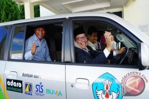 PT Adaro Memberikan Bantuan Mobil Pelajar Dan Ambulan