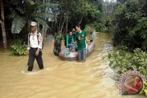 TNI/Polri Bantu Warga Juai Melewati Banjir