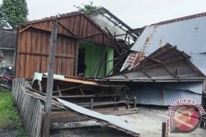 Puting beliung rusak musala dan rumah warga