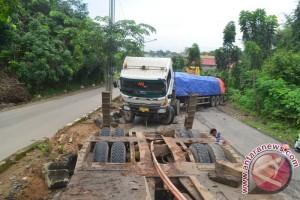 Residents Prevent PT Conch's Cement Trucks
