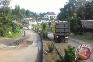 Trans Kalimantan road threatened by damage