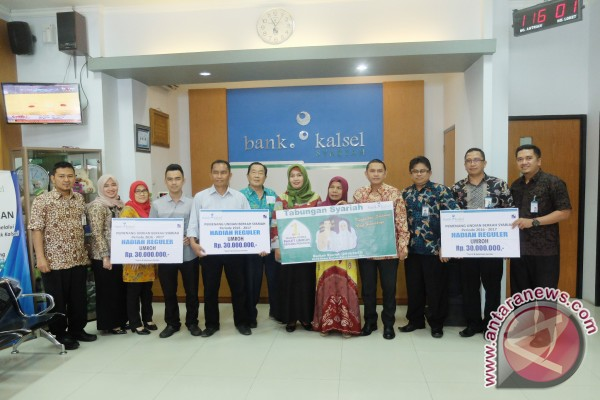 Bank Kalsel Syariah Serahkan Hadiah Umroh