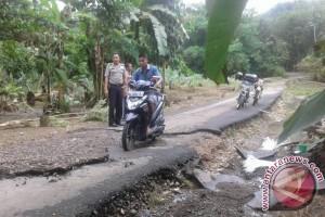 Banjir Rusak Jembatan dan Robohkan Bangunan Warga