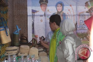 First Lady fascinated by Tapin's handycraft