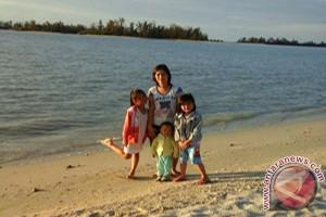 Wisatawan Lokal Kagumi Keindahan Alam Pantai Gusong