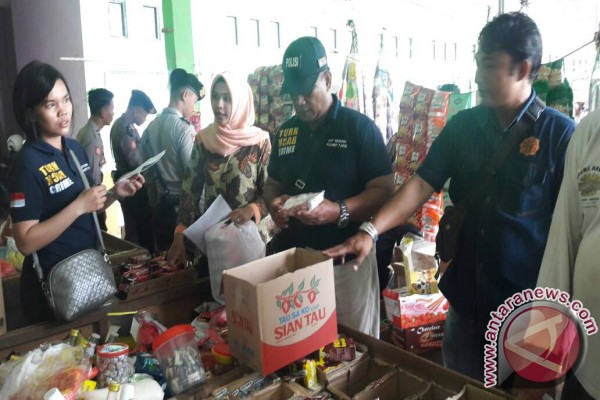 Tapin police inspects expired food products