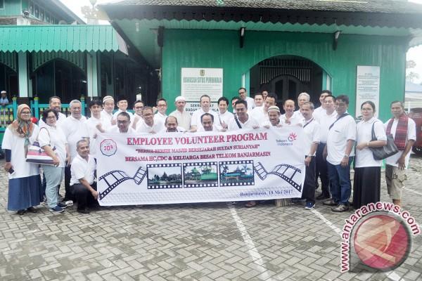Jelang Ramadan, Telkom Bersihkan Masjid Sultan Suriansyah