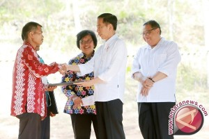 President handsover community forest decrees in Tanah Laut