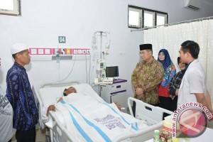 Bupati HSS Jenguk Korban Penembakan Danau Bangkau