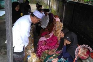 Bupati HSS Bagikan Sembako Untuk Lansia