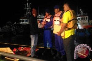 Satpolairud Bagi Makanan Sahur Kepada Penjaga Tambatan Kapal