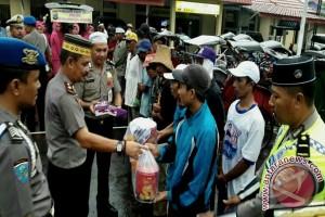 Polsekta Banjarmasin Tengah Bagi-bagi Takjil Dan Sembako